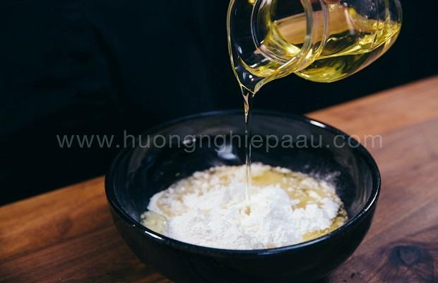 đổ dầu ăn vào bột bánh in